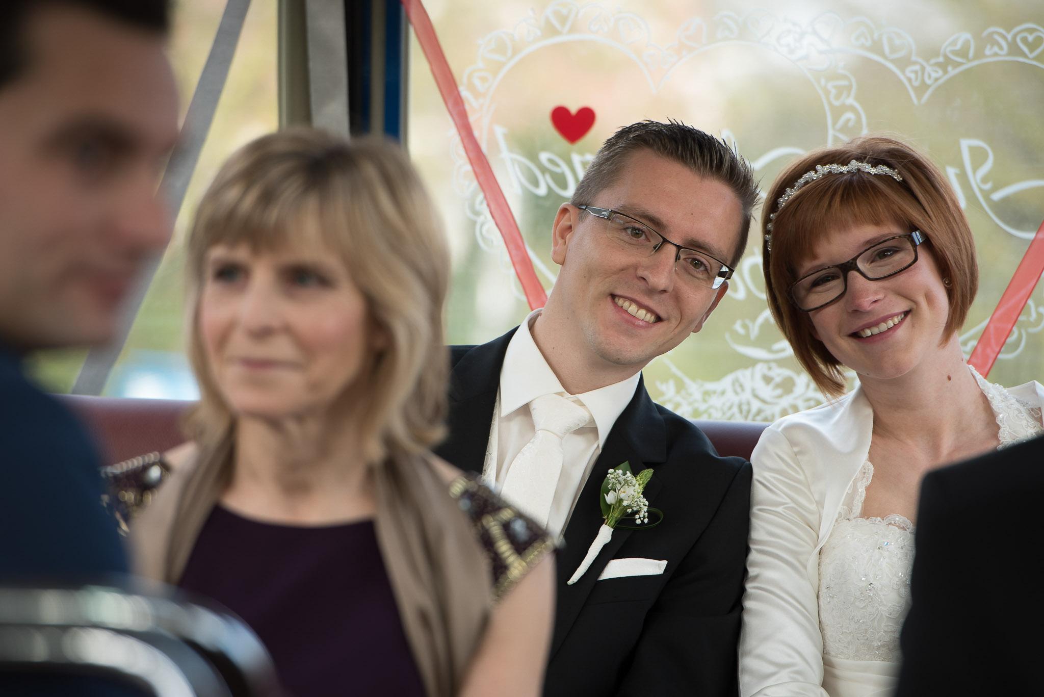 foto genomen door de trouwfotograaf van het bruidspaar op de trouwbus in Lokeren