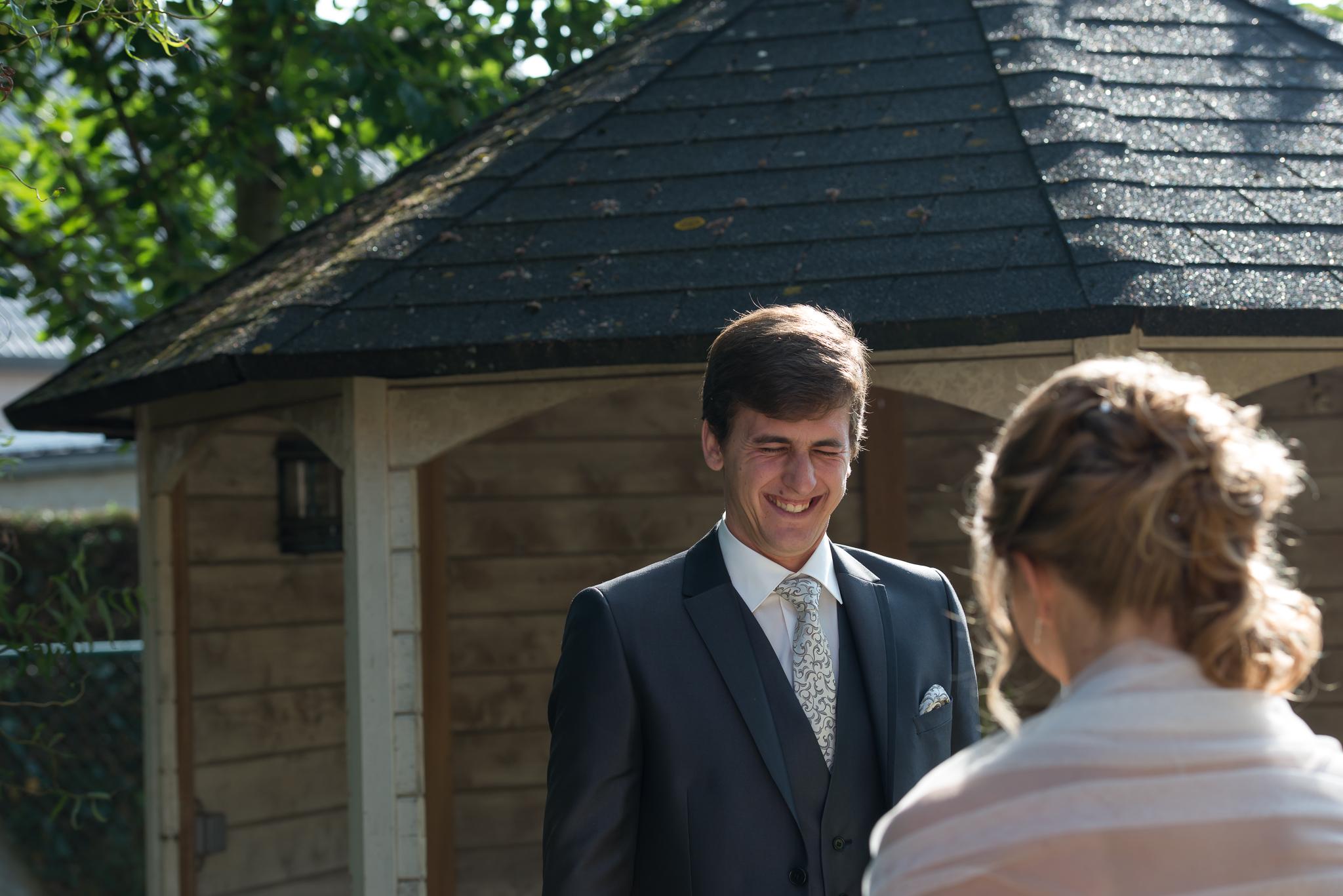 huwelijksfotograaf in stekene voor Yannick en Kimberley first look moment van het bruidspaar